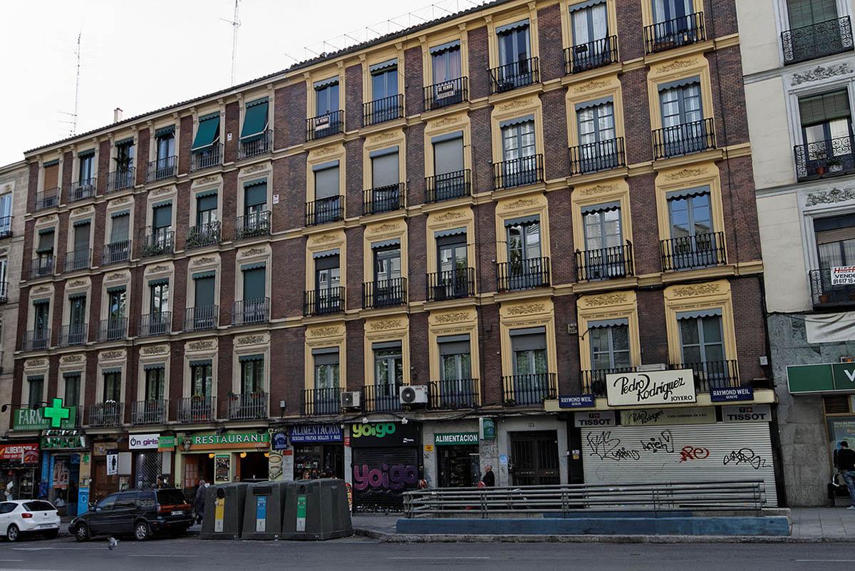 1280px-Edificios_de_viviendas_(Calle_de_Atocha,_112-114)_-_20110418_162806